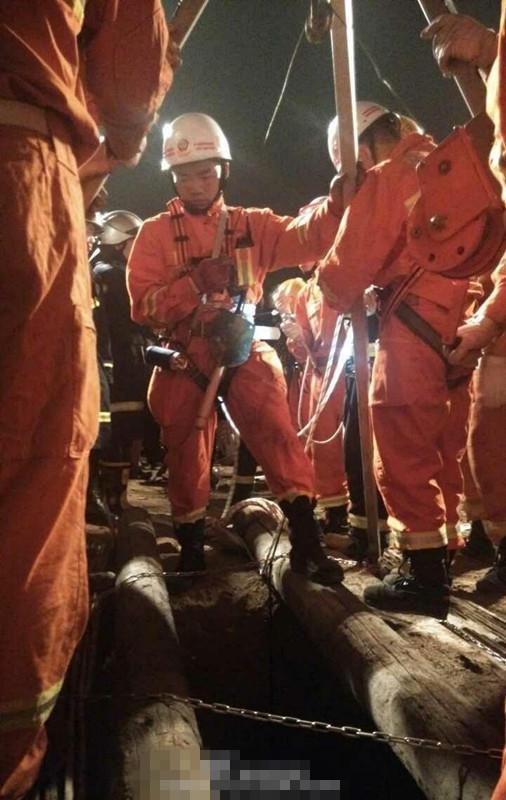 據現場多名村民說,墜井的孩子名叫樂樂,陜西洛南縣人,租住在西安南郊的航天城小區。事故發生時,樂樂跟著爺爺去買饅頭,買完饅頭抄近路回家,穿過一片拆遷工地時,爺爺走在前面,樂樂走在后面,不慎墜入直徑不超過40多厘米、深35米的廢棄深井。據華商報記者報道,事發現場是一片拆遷地,沿路一片瓦礫,至少有3處深井,有的蓋著井蓋,有的則沒有。此處沒有燈光,稍有不慎便有危險。